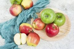 在白色石背景的秋天醇厚的苹果 库存图片
