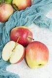 在白色石背景的秋天醇厚的苹果 库存照片