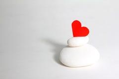 在白色石头顶部的心脏 库存图片