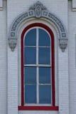 在白色砖墙上的红色窗口 免版税库存图片