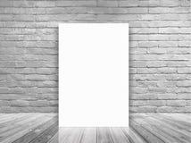 在白色砖墙和具体地板室导航空白的海报 免版税库存照片