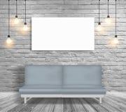 在白色砖墙室导航假装沙发和照明设备, 免版税图库摄影