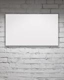 在白色砖墙的空白的广告牌 免版税库存图片