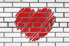 在白色砖墙的红色心脏 图库摄影