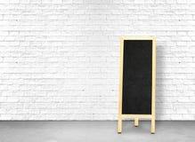 在白色砖墙的菜单黑板和水泥难倒,离开spac 皇族释放例证