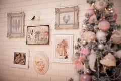 在白色砖墙背景的圣诞树 免版税图库摄影