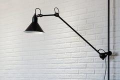 在白色砖背景的黑灯 3d对背景砖枝形吊灯片段内部形象化墙壁 库存照片