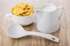 在白色碗、塑料匙子和牛奶的玉米片 库存图片