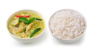 在白色碗和米的泰国食物鸡绿色咖喱 免版税图库摄影