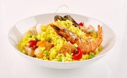 在白色碗的传统西班牙海鲜肉菜饭 图库摄影
