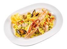 在白色碗的传统西班牙海鲜肉菜饭 库存照片