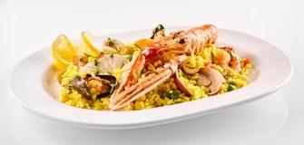 在白色碗的传统西班牙海鲜肉菜饭 免版税库存照片