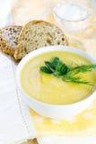在白色碗的南瓜奶油色汤 库存照片