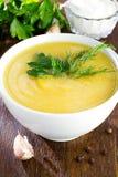在白色碗的南瓜奶油色汤 库存图片