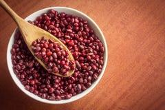 在白色碗的小豆 免版税库存照片