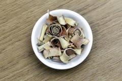 在白色碗的干燥香茅在木桌上 库存图片