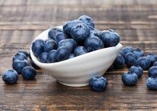 在白色碗的新鲜的健康有机蓝莓 库存图片