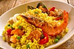 在白色碗的新鲜的海鲜肉菜饭盘 库存图片