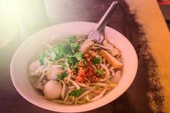 在白色碗的泰国汤面在桌上 库存照片