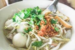 在白色碗的泰国汤面在桌上 免版税库存照片