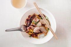在白色碗的泰国鸡蛋面用切的红色烤肉猪肉,猪肉 免版税库存图片