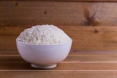在白色碗的煮沸的米 库存图片