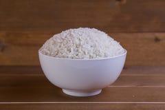 在白色碗的煮沸的米 库存照片