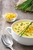 在白色碗的玉米汤 库存照片
