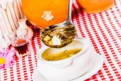 在白色碗的绿色罗宋汤有杓子的 免版税库存照片