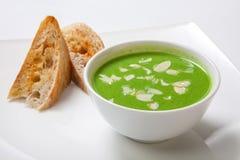 在白色碗的芦笋奶油色汤用面包 免版税库存照片