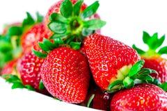 在白色碗的草莓有白色背景 免版税图库摄影