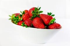 在白色碗的草莓有白色背景 图库摄影