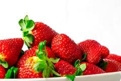 在白色碗的草莓有白色背景 免版税库存图片