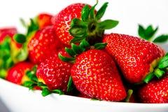 在白色碗的草莓有白色背景 库存照片