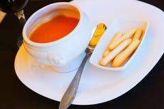在白色碗的Gazpacho 图库摄影