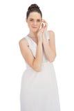 在白色礼服摆在的自然年轻模型 免版税库存照片