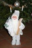 在白色礼服的父亲圣诞节 免版税图库摄影