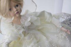 在白色礼服的玩偶 免版税库存照片