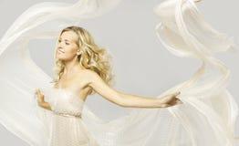在白色礼服,妇女秀丽画象的愉快的时装模特儿 免版税库存照片