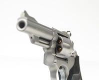 在白色竖起的不锈的357个大酒瓶左轮手枪 库存照片