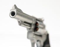 在白色竖起的不锈的357个大酒瓶左轮手枪 免版税库存照片