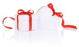在白色箱子和被隔绝的心脏红色丝带的情人节礼物 免版税库存照片