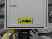在白色箱子的黄色气体标志房子 库存照片