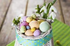 在白色篮子的复活节彩蛋 免版税库存图片