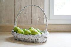 在白色篮子的石灰在厨房里 免版税库存图片