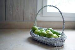 在白色篮子的石灰在厨房里 免版税图库摄影
