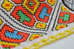 在白色织品刺绣的几何多彩多姿的样式 免版税库存图片