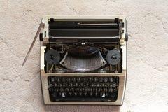 在白色织地不很细织品背景的葡萄酒打字机 减速火箭的样式和古董 免版税库存照片