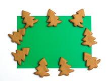 在白色绿色背景的圣诞节曲奇饼 芳香烘烤圣诞节曲奇饼姜饼香料 做姜饼圣诞节曲奇饼 圣诞节概念 免版税库存图片