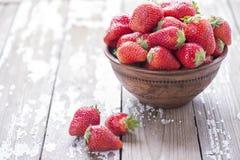 在白色老葡萄酒背景的红色成熟大草莓小组 库存图片